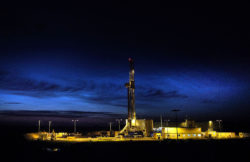 The drilling rig at the Jemgum gas storage facility at night.	Source: Erdgasspeicher Jemgum